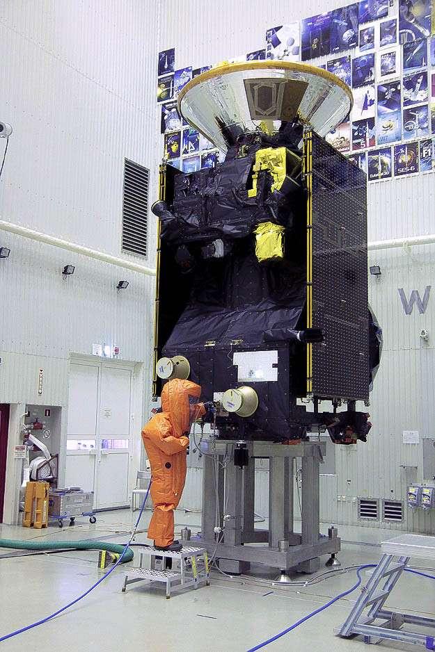 Dans une des salles blanches du cosmodrome de Baïkonour, un technicien fait le plein de l'orbiteur TGO. © TAS-France / Y. Le Marchand