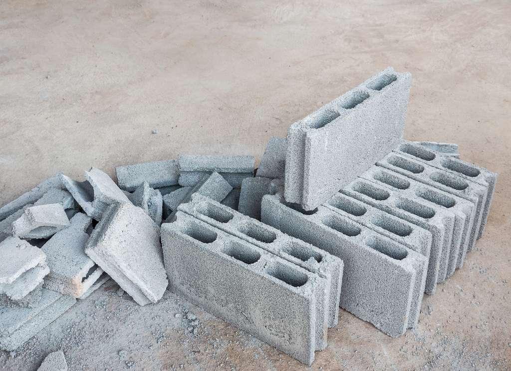 La planelle est un élément de maçonnerie creux ou plein, en béton (sorte de parpaing étroit), en béton cellulaire ou en brique. © trainman111, Adobe Stock