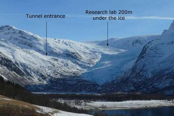 Le glacier Svartisen se situe au nord de la Norvège. Une équipe de recherche de la NVE a profité de la création d'un tunnel (Tunnel entrance, entrée du tunnel sur l'image) par une compagnie hydraulique pour créer son propre laboratoire à 200 m de profondeur. © Hallgeir Elvehøy, NVE