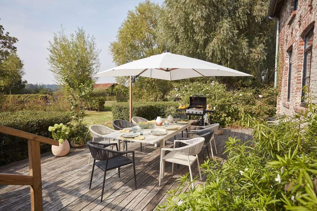 Sur plots ou lambourdes, une terrasse en bois est simple et rapide à poser. En revanche, le bois doit être entretenu correctement pour conserver toute sa beauté. © Castorama