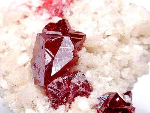 Le cinabre est un minéral composé de sulfure de mercure. © Webmineral, tous droits réservés
