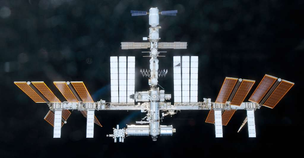 L'ATV-2 amarré à la Station, en haut sur cette image. © Nasa