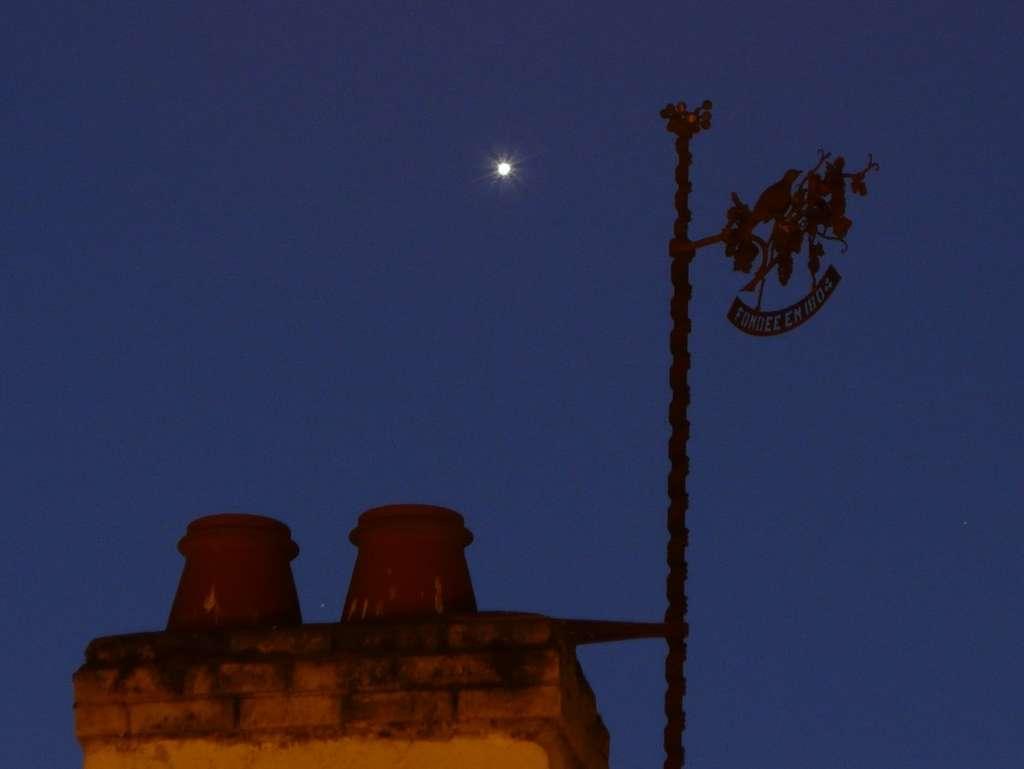 Vénus doit son éclat exceptionnel à sa couche nuageuse qui nous renvoie la lumière solaire. © J.-B. Feldmann