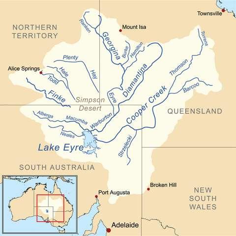 La Finke river est un fleuve intermittent. Par fortes pluies, il rejoint le fleuve Macumba pour finir par se jeter dans le lac Eyre. © Kmusser, Wikimedia Commons, CC by-sa 3.0