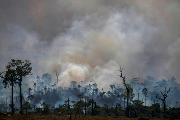 De la fumée s'élève de feux de forêt à Altamira, dans l'État de Para en Amazonie brésilienne, le 27 août 2019. © Joao Laet, AFP