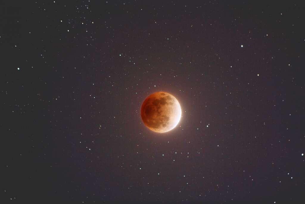 Durant une éclipse de Lune, notre satellite, qui traverse alors l'ombre de la Terre, se pare de teintes sanguines. © Nasa