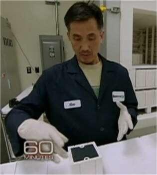 Des plaques en train d'être empilées pour former l'unité de base de la Bloom Box. Les plaques sont séparées les unes des autres par un joint métallique. (Cliquer sur l'image pour voir la vidéo, en anglais.) © 60 Minutes/CBS (extrait de la vidéo en ligne)