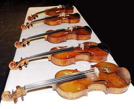 Les cinq violons testés, dont l'aspect extérieur était quasiment identique. (Photo: Egmont Seiler). Crédit : 1995-2009 Empa Switzerland