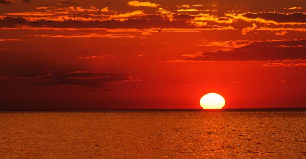 Coucher de soleil présentant un mirage inférieur