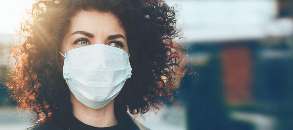 L'exemple du manque de masques de protection fait penser à une partie de la population que des productions doivent être relocalisées. © Strelciuc, Adobe Stock