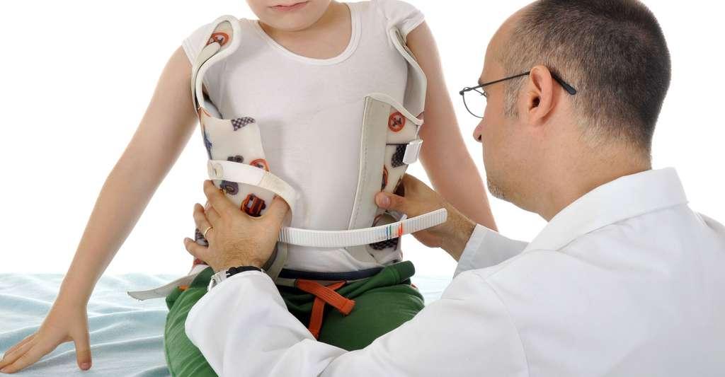 Le traitement orthopédique par corset. © Dan Race, Fotolia