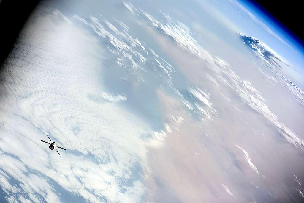 L'ATV-5 Georges Lemaître vu quelques heures avant son amarrage à la Station. Le programme ATV a été lancé en 1995 et cinq exemplaires, réalisés sous la maîtrise d'œuvre d'Airbus Defence and Space, ont volé : Jules Verne de mars à septembre 2008, Johannes Kepler de février à juin 2011, Edoardo Ahmadi de mars à octobre 2012, Albert Einstein de juin à novembre 2013 et enfin Georges Lemaître, de juillet 2014 à février 2015. Ce dernier a battu le record de durée d'un ATV arrimé à la Station spatiale, avec 186 jours, contre 183 pour l'ATV-3. © Roscosmos, O. Artemyev