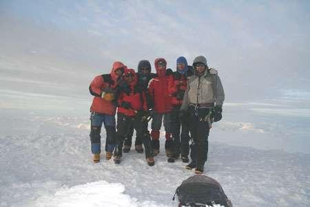 L'équipe franco-chilienne de forage au sommet du San Valentin. De gauche à droite : Patrick Ginot, Marko Rodrigues, Patrick Wagnon, Robert Gallaire, Stephan Houdier et Gino Casassa. Pour la première fois, plusieurs carottes de glace ont été extraites d'un glacier patagonien, le San Valentin (Chili, 47 degrés sud) culminant à 3900 m, dans le cadre du projet Sanvallor soutenu par l'ANR où sont impliqués l'unité de recherche Great Ice de l'IRD, le LSCE, le LGGE, le LMTG et notre partenaire chilien, le CECS. © Patrick Ginot - IRD