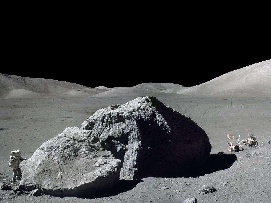 Un géologue au travail : Harrison Schmitt récolte des échantillons sur le sol lors de la troisième sortie extravéhiculaire, le 13 décembre 1972. Le rover est visible à droite. L'image est une composition de deux photographies, prises par Eugene Cernan avec un appareil photo Hasselblad. © Nasa