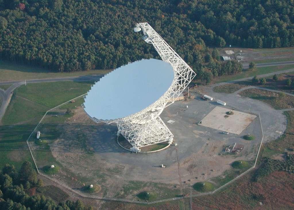 Grâce au Green Bank Telescope, le plus grand radiotélescope orientable du monde, les astronomes ont confirmé l'existence d'un pont de gaz entre les galaxies M 31 et M 33. © NRAO/AUI