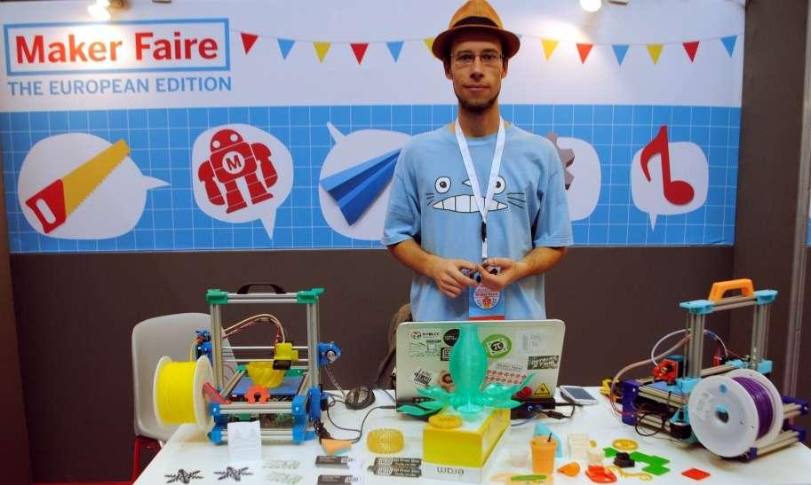 """La FoldaRap est une imprimante 3D pliable conçue par Emmanuel Gilloz, un jeune créateur français. Ses kits d'imprimantes 3D à assembler sont vendus 600 euros. Pour lui, l'univers de l'open hardware est très stimulant pour les inventeurs. « Après la conception collaborative et le financement participatif, il a fallu mettre au point la """"production distribuée"""" pour fabriquer un volume d'imprimantes 3D suffisant », confie-t-il. © Sylvain Biget, Futura-Sciences"""