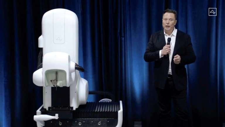 Elon Musk présente dans une conférence sur YouTube la nouvelle puce de sa start-up Neuralink et le robot chirurgien conçu pour l'implanter dans le cerveau. © Neuralink, AFP