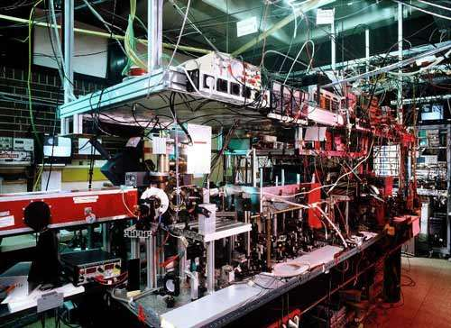 Qu'est-ce que ce fatras de cables et d'appareils de mesures me demandez-vous ? Et bien...un ordinateur quantique ! Il a récemment été développé par le groupe d'Optique Quantique et de spectroscopie de l'Université d'Innsbruck (UIBK) en Autriche