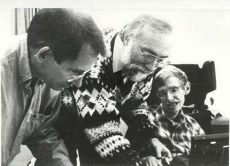 De gauche à droite John Preskill, Kip Thorne et Stephen Hawking lors du pari sur le paradoxe de l'information. Hawking ne pouvant signer les termes du pari, on prend une empreinte de son pouce (Crédit : John Preskill).