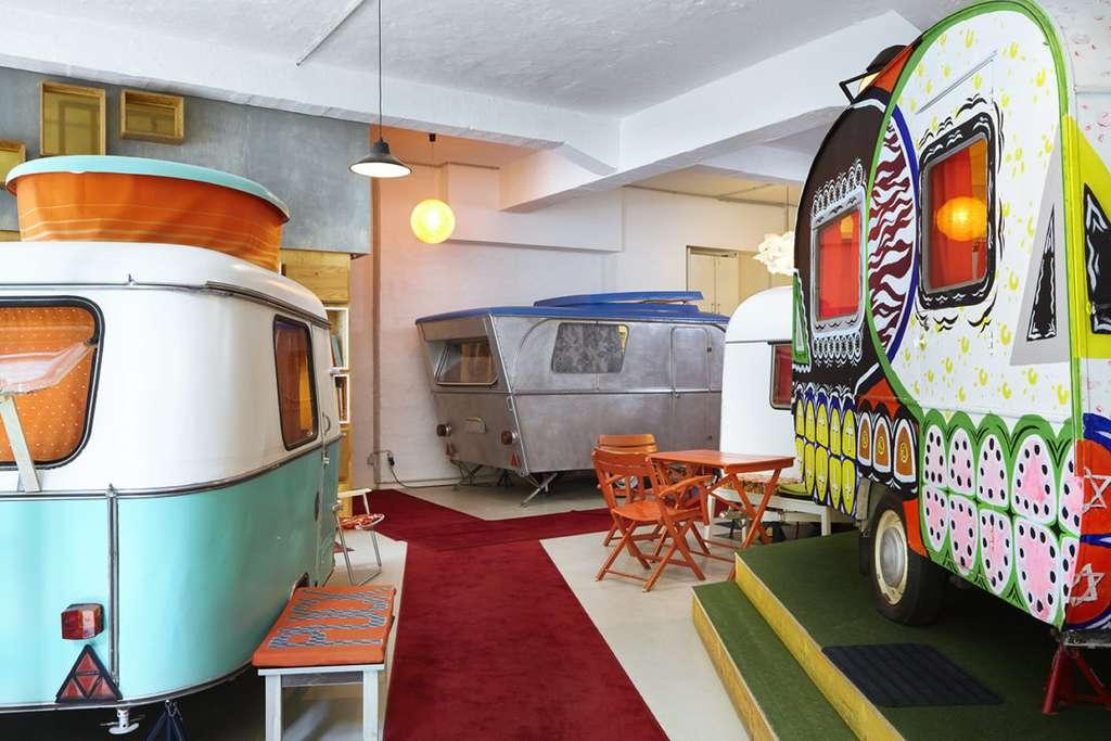 Hüttenpalast revisite le camping en caravane à l'intérieur d'une ancienne usine. © HüttenPalast