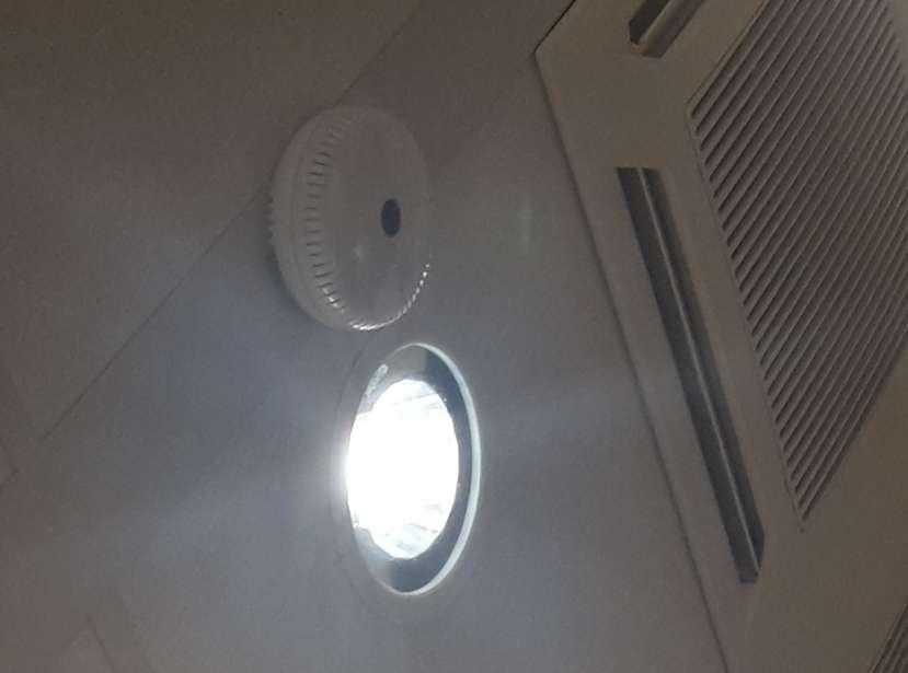 Voici à quoi ressemble le prototype de luminaire Li-Fi que Lucibel teste dans les locaux de la Sogeprom. L'éclairage LED est relié par Ethernet au réseau et communique avec les terminaux via l'émetteur-récepteur infrarouge qui ressemble à un gros détecteur de fumée. © Lucibel, Sogeprom