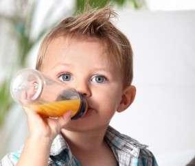 Les jeunes enfants peuvent se déshydrater rapidement. Il faut penser à leur donner régulièrement à boire. © Destination Santé, Phovoir