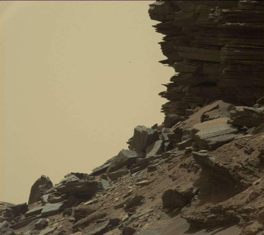 Curiosity se promène dans le paysage des buttes de Murray