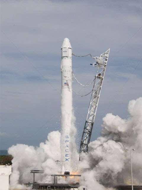 Le lanceur Falcon-9 qui sera utilisé pour lancer la capsule Dragon. Ici lors de la dernière simulation de lancement avec l'allumage des neuf moteurs de son premier étage (30 avril 2012). © Nasa/SpaceX
