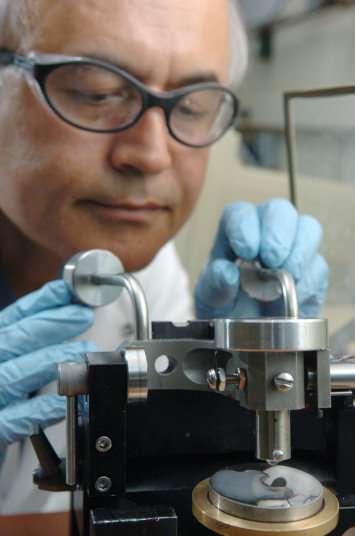 Ali Erdemir en train de faire un test de friction avec un moteur (Crédit : Argonne National Laboratory).