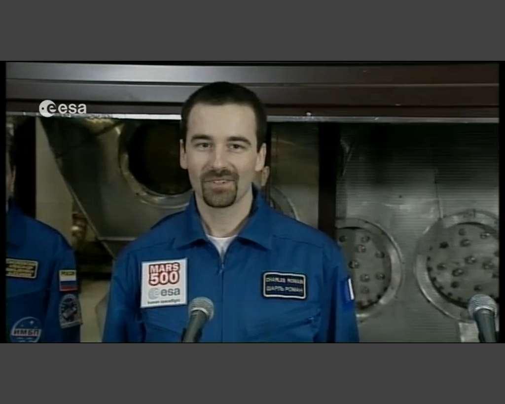 Romain Charles, quelques minutes après la sortie de l'équipage, commence la suite de l'expérience Mars 500 : parler aux médias... (Capture d'écran de la vidéo transmise par l'Esa.)