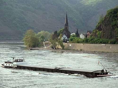 Péniche sur le Rhin.