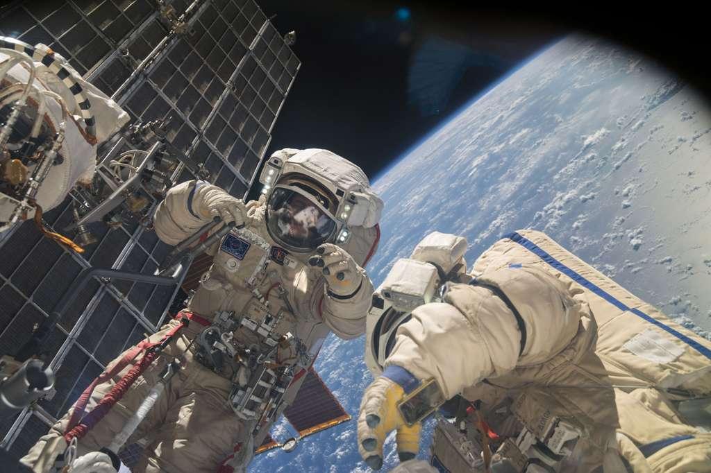 Deux astronautes en sortie extravéhiculaire en novembre 2013. La dose de rayonnements est mesurée en sieverts (Sv) ou millisieverts. Il s'agit d'une unité de mesure évaluant la quantité de radiation absorbée par les tissus humains. © Nasa