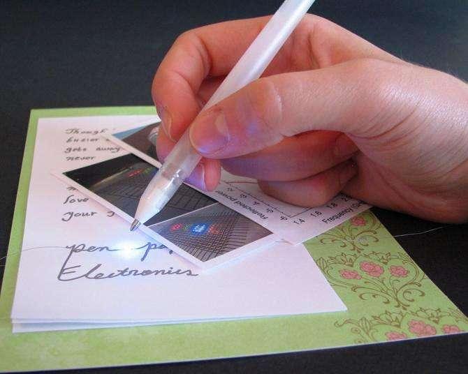 Les ingénieurs de l'Université de l'Illinois ont développé un stylo à encre conductrice contenant de l'argent, qui permet d'écrire des circuits électriques avec des interconnexions directement sur le papier ou d'autres surfaces. On voit ici une Led allumée et connectée à des mots. © Bok Yeop Ahn