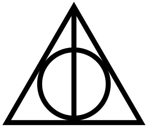 Le symbole des reliques de la mort. Le triangle symbolise la Cape d'invisibilité. Le cercle représente la Pierre de résurrection. Quant au trait, il incarne la Baguette de sureau. © Walkeraj, Wikimedia Commons, DP