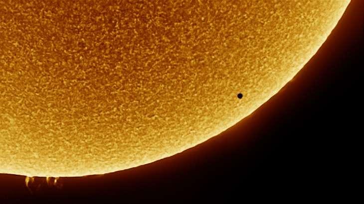 Mercure près bord du disque solaire alors que des protubérances sont visibles en bas. © Aaron Collier, Spaceweather