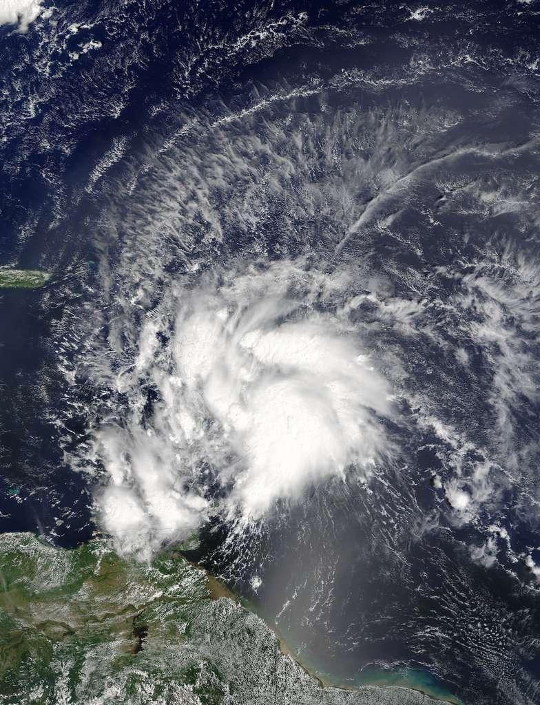 Image du satellite Aqua de la Nasa. Le 28 septembre, Matthew est une tempête tropicale, avec des rafales à 110 km/h, qui se dirige vers la mer des Caraïbes. Voir ici une animation créée à partir des images du satellite Goes-East de la NOAA qui montre l'évolution de Matthew en ouragan de catégorie 4. © Nasa Goddard MODIS Rapid Response Team