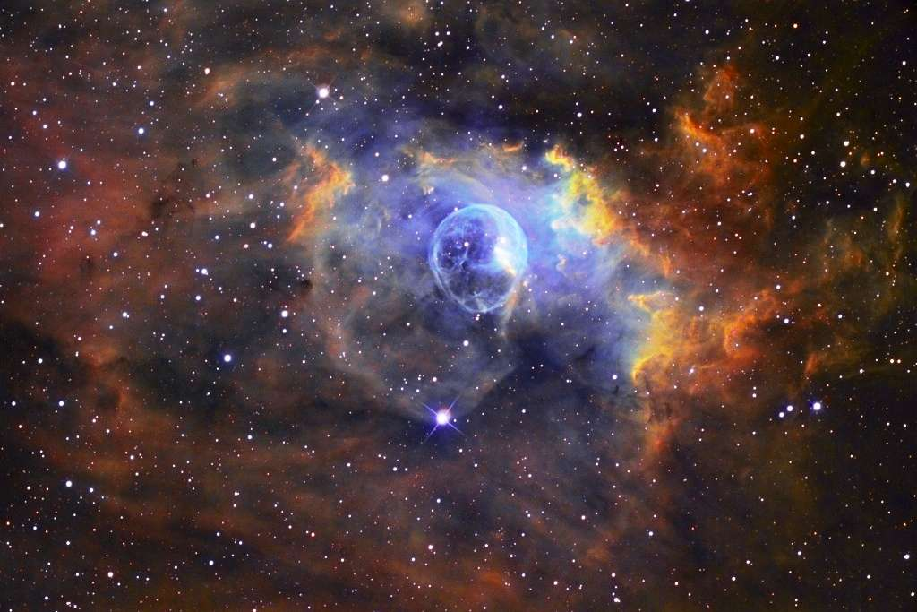 NGC 7635, également connue sous le nom de nébuleuse de la Bulle, est une nébuleuse d'environ dix années-lumière de diamètre située dans la constellation de Cassiopée. Elle contient clairement une astrosphère analogue à l'héliosphère du Soleil. © Russell Croman