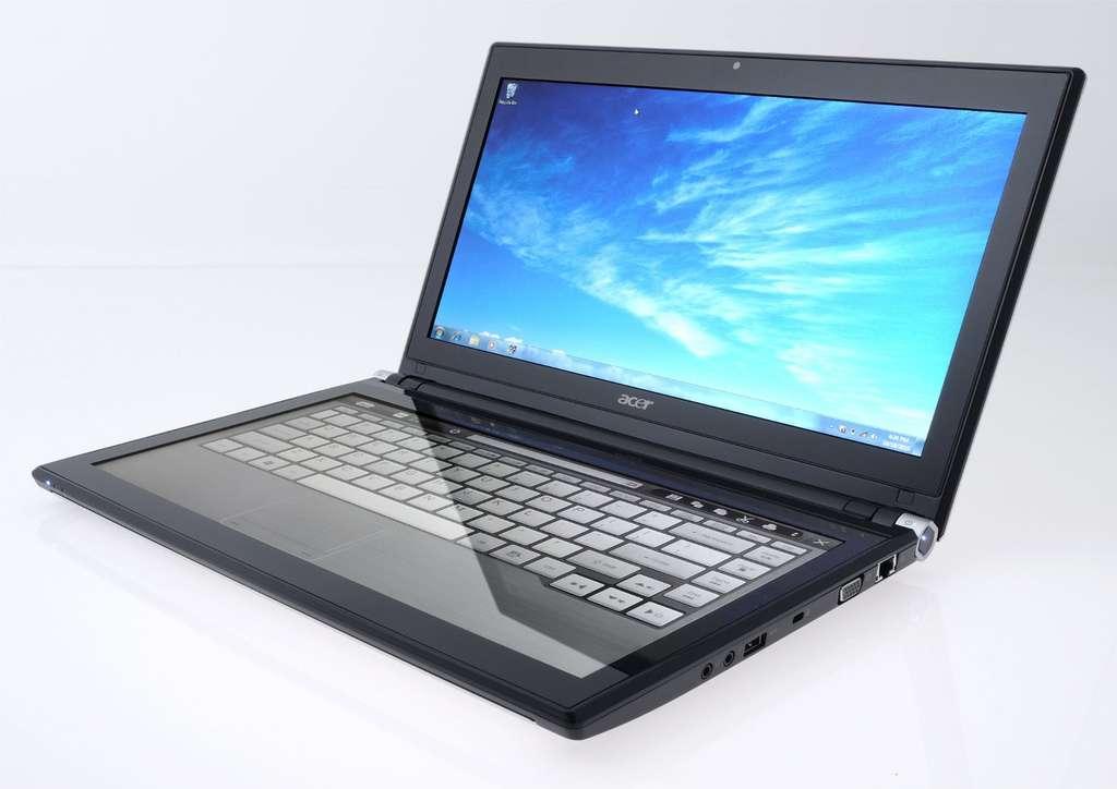 Si on pose deux mains, l'écran horizontal devient un clavier. © Acer
