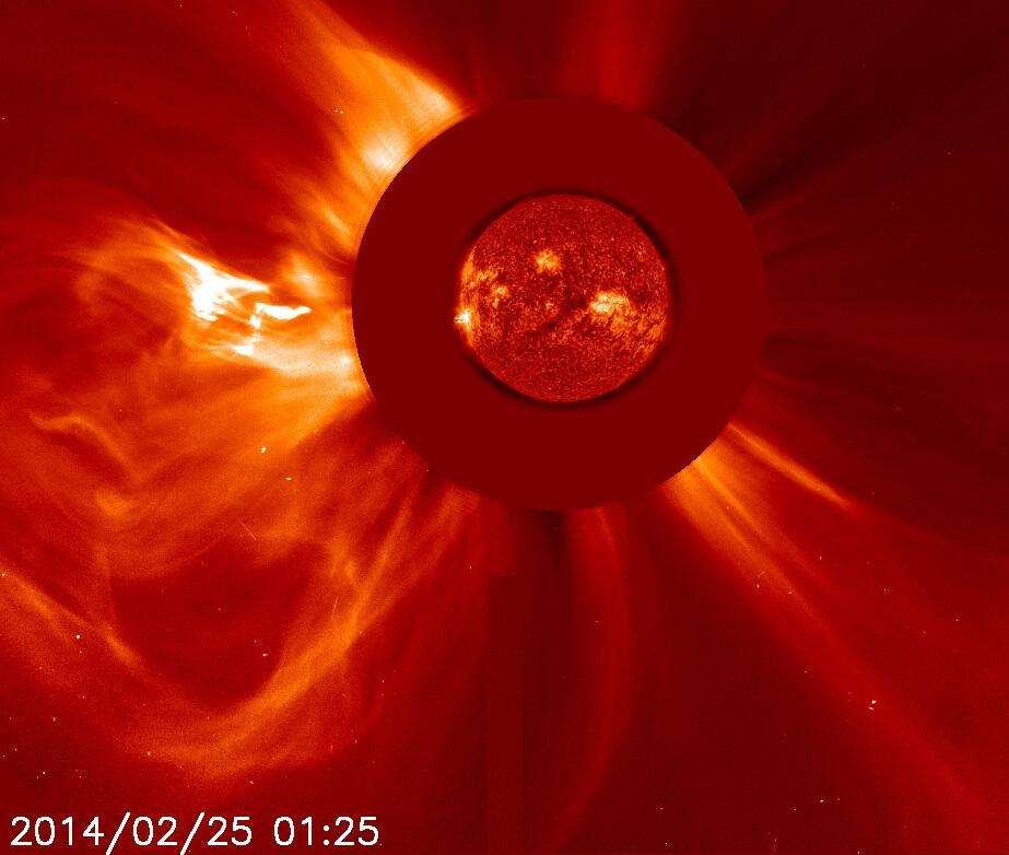 Éjection de masse coronale observée dans la foulée de la puissante éruption solaire. Le flux de particules ne se dirige pas vers la Terre. Sur l'image ci-dessus le Soleil est masqué par un coronographe. © Nasa, Esa, Soho