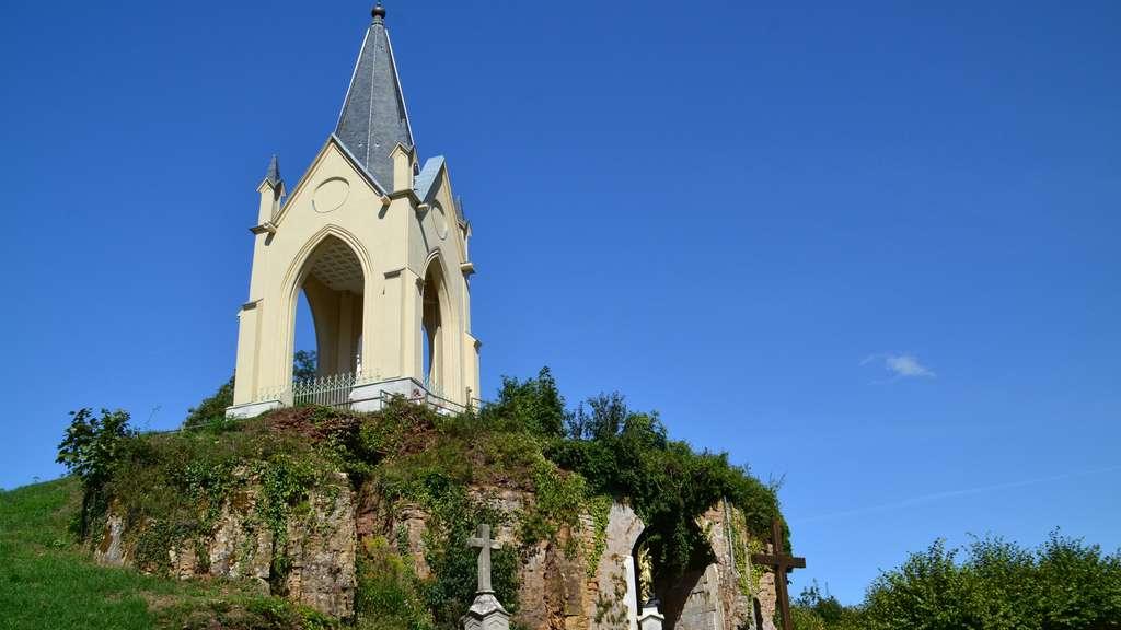 La chapelle Notre-Dame-de-la-Motte, à Vesoul, culmine au sommet de la colline de La Motte. © myfiligrane, Fotolia