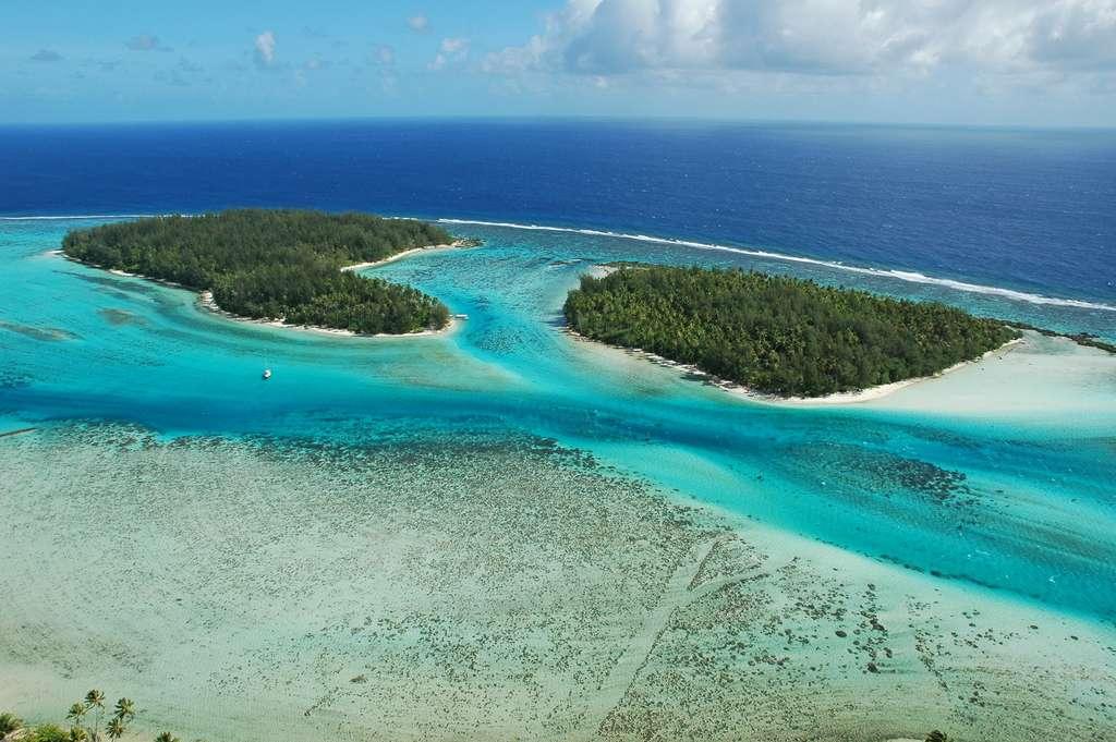 Deux motus, ou îlots, au nord-ouest de Moorea. © Antoine