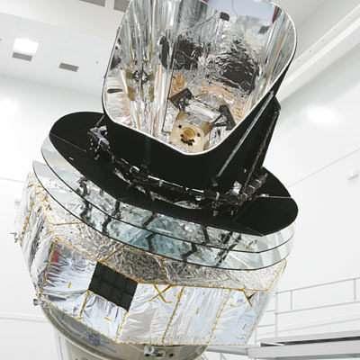 Le modèle de qualification de Planck devant le simulateur FOCAL 5 (crédit : ESA)
