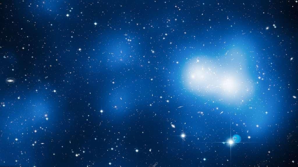 Sur cette image reconstituée à partir de 18 photos prises par Hubble, on voit l'amas de galaxie MACSJ0717. En utilisant l'effet de lentille gravitationnelle capable de mettre en évidence des distributions de masses non lumineuses, les astronomes ont détecté la matière noire fortement concentrée autour de l'amas à droite et dans le filament que l'on devine s'étendre sur la gauche. © Nasa, Esa, Harald Ebeling (University of Hawaii at Manoa) & Jean-Paul Kneib (Lam)