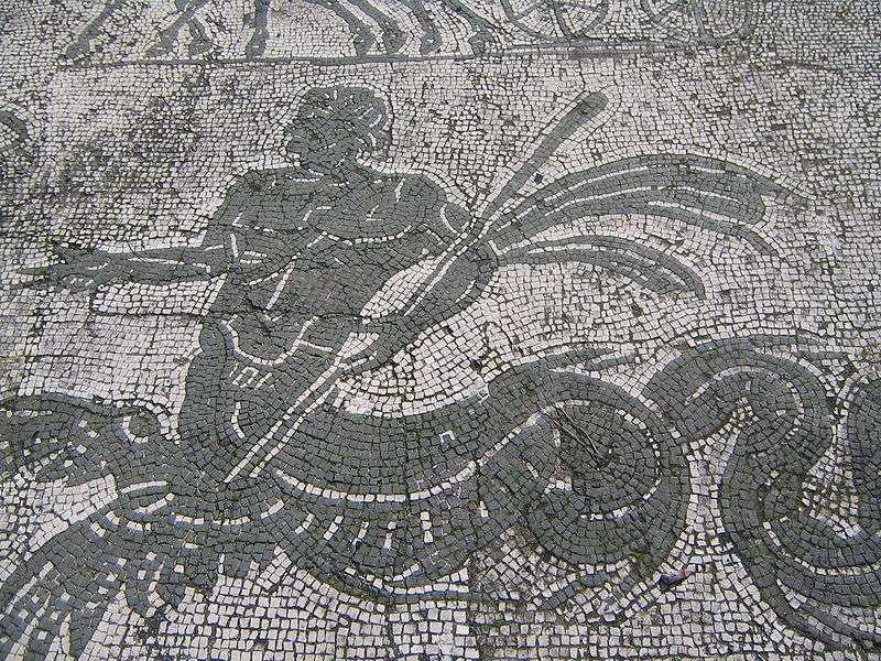 Mosaïque antique retrouvée dans les thermes d'Ostie, précisément dans le frigidarium, la zone où l'on pouvait prendre des bains froids. Le port d'Ostie, jusqu'alors considéré comme un port fluvial, possédait en réalité un bassin susceptible d'accueillir de grands navires maritimes. © Gabriele Gorla, Wikimedia commons, cc by sa 2.5