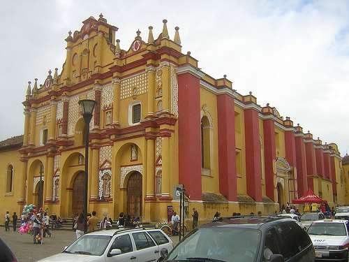 La cathédrale de San Cristóbal de Las Casas, avec ses teintes rouges et jaunes. La commune a été désignée comme la « plus magique des villes au Mexique ». © Paolo Maspoli