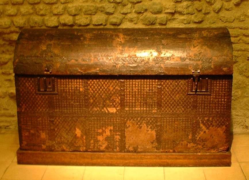 Parmi le mobilier du Moyen Âge, on retrouve le coffre, objet très prisé par les pauvres comme les nobles © Guillaume Blanchard, Wikimedia Commons, CC by-sa 2.5