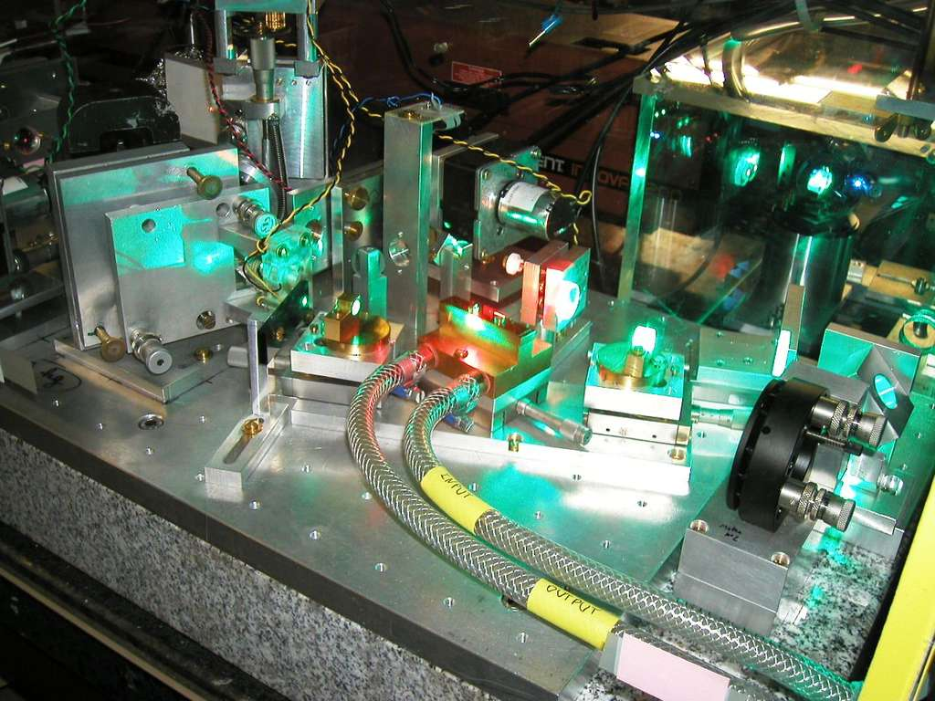 Laser développé par les chercheurs du Laboratoire Kastler Brossel (LKB). Il permet de déterminer la fréquence de la lumière qui va exciter l'hydrogène muonique. © CREMA collaboration
