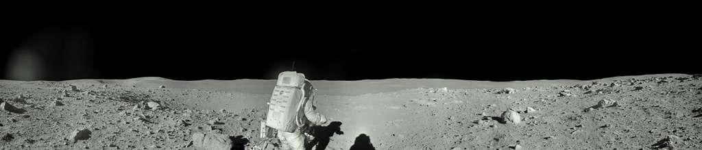 Ed Mitchell inspecte le paysage