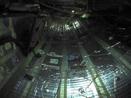 Première image de l'intérieur de Genesis 2 avant la mise en marche complète de l'éclairage. Crédit Bigelow Aerospace.