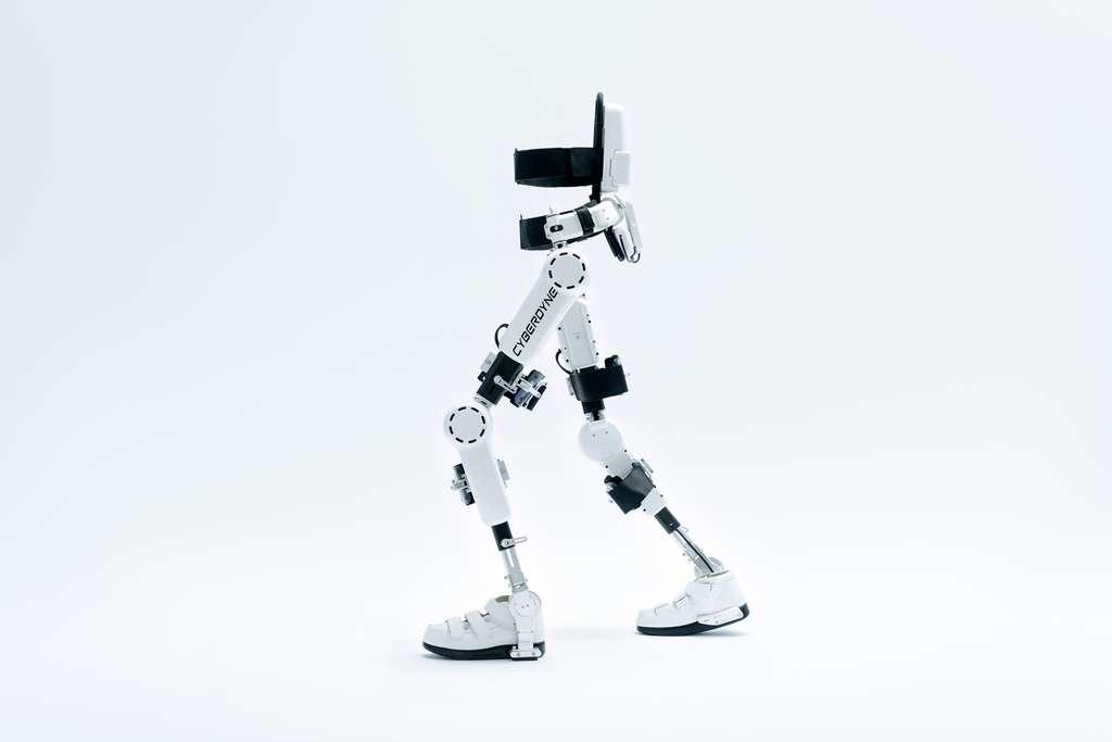 La limite entre humain réparé et humain augmenté est mince. Les exosquelettes, comme ceux développés par la société japonaise Cyberdyne, pourraient à terme permettre à des handicapés moteurs de remarcher. Chez les individus dépourvus de handicap, ils pourraient renforcer les capacités physiques au point de les rendre surhumains. © Cyberdyne